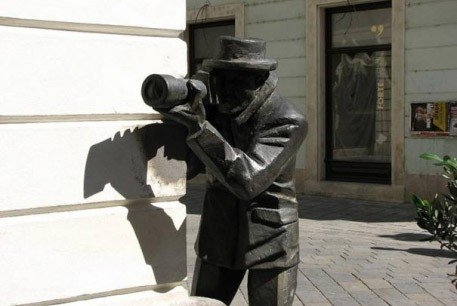 black-statue-paparazzi-bratislava-things-to-do