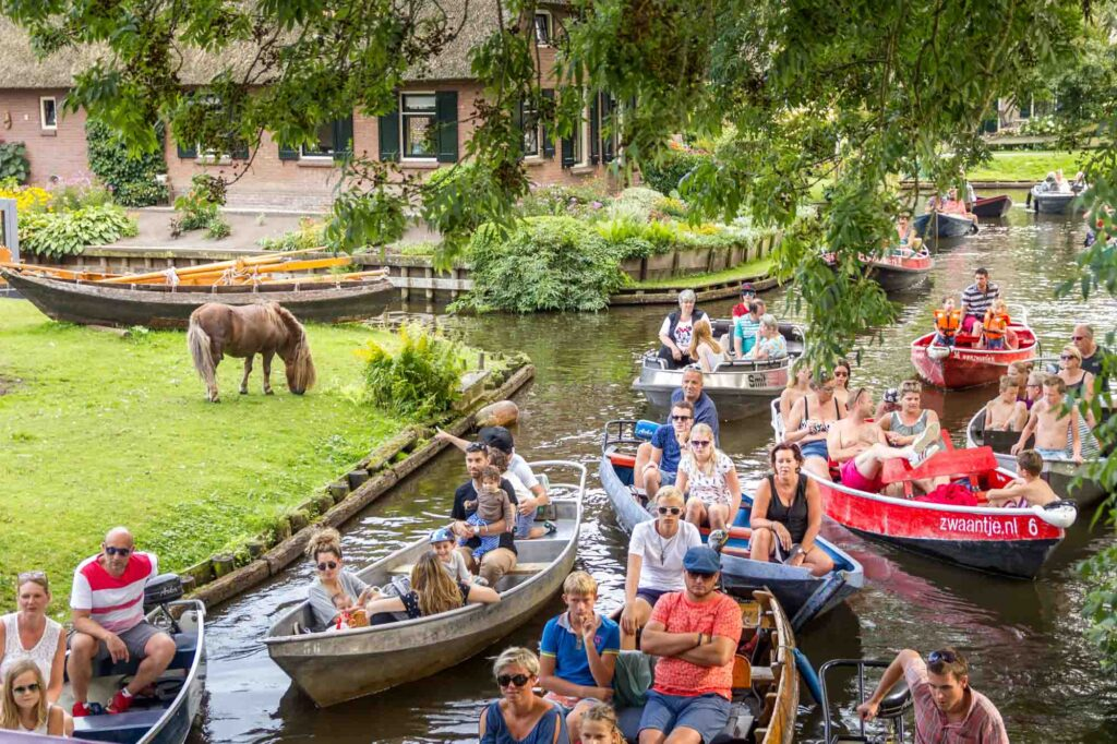 Crowds in boats in Giethoorn