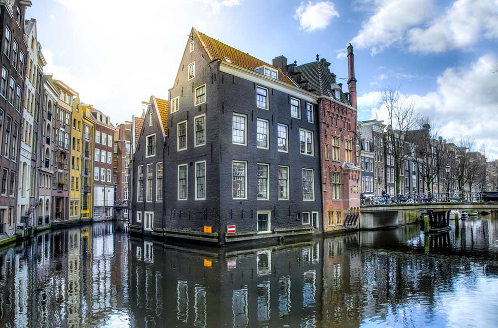 Discover the best photo spots in Amsterdam! The most instagrammable places selected by a resident. Tips and map with exact locations included. #Dutch #Amsterdam #Netherlands #Instagram #Instagrammable #Photos #pictures #photography #hotspots #damrak #centralstation #redlight #rijksmuseum #map