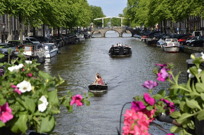 Rent a boat during a romantic weekend in Amsterdam