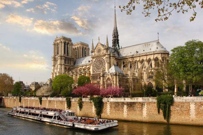 What to do in Paris in 2 days, cruise the Seine River